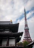 Tokyo torn och Zojo jitempel - Tokyo, Japan royaltyfri foto