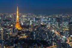 Tokyo tornhorisont under twilightTwilight av den flyg- sikten för Tokyo stad med det Tokyo tornet, Japan Royaltyfria Bilder