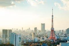 Tokyo-Turm, Markstein von Japan und panoramische moderne Stadtvogelperspektive mit drastischem Sonnenaufgang- und Morgenhimmel Stockfotos