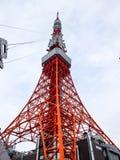 Tokyo-Turm mit Drähten Stockfoto