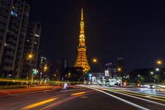 Tokyo-Turm nachts mit langer Belichtung des Verkehrs stockfotos