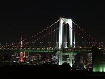 Tokyo-Turm und Regenbogen-Brücke nachts Lizenzfreies Stockfoto