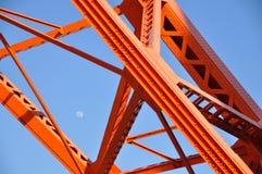 Tokyo-Turm und -tageszeit moon, Tokyo-Markstein mit blauem Himmel Lizenzfreie Stockbilder