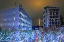 Tokyo-Turm- und -weihnachtsbeleuchtungen in Roppongi Tokyo, Japa Stockfotos