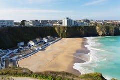 Tolcarne海滩Newquay康沃尔郡英国在有蓝天和海的春天 免版税库存照片