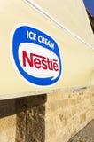 Toldo con el logotipo del helado de Nestle Imágenes de archivo libres de regalías