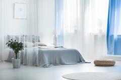 Toldo decorativo en dormitorio tranquilo foto de archivo libre de regalías