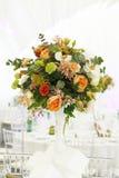 Toldo del blanco de la tienda de la boda del arreglo floral Imagenes de archivo