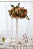 Toldo del blanco de la tienda de la boda del arreglo floral Imagen de archivo libre de regalías