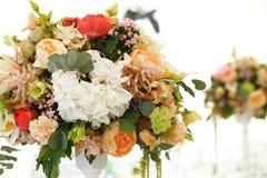 Toldo del blanco de la tienda de la boda del arreglo floral Foto de archivo libre de regalías