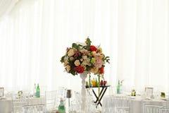 Toldo del blanco de la tienda de la boda del arreglo floral Fotografía de archivo