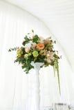 Toldo del blanco de la tienda de la boda del arreglo floral Fotografía de archivo libre de regalías