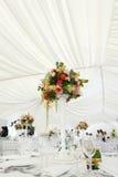 Toldo del blanco de la tienda de la boda del arreglo floral Fotos de archivo