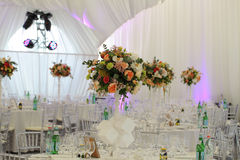 Toldo del blanco de la tienda de la boda del arreglo floral Foto de archivo