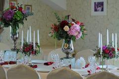 Toldo del blanco de la tienda de la boda del arreglo floral Fotos de archivo libres de regalías