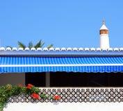 Toldo rayado azul Foto de archivo