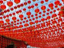 Toldo rojo chino dramático de la linterna en un templo chino en Kuala Lumpur, Malasia Imagen de archivo libre de regalías