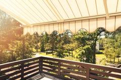 Toldo sobre o terraço do balcão no dia ensolarado fotografia de stock royalty free