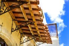 Toldo tejado sobre ventana Rethymno, Crete, Grecia foto de archivo