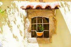 Toldo tejado sobre ventana Rethymno, Crete, Grecia imagen de archivo