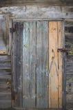 Toldos oxidados de la puerta de madera vieja Imagenes de archivo