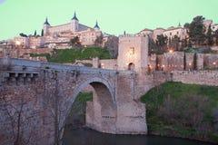 Toledo - Alcazar och Punte de Alcantara bro Arkivbild