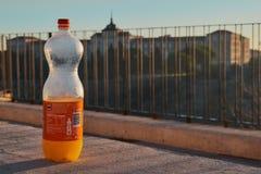 Toledo Castilla La Mancha, Spanien; December 23 2 017: Orange Fanta flaska med infanteriakademin av Toledo i bakgrunden Royaltyfria Foton