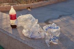 Toledo, Castilla los angeles Mancha, Hiszpania; Grudzień 23 2 017: Resztki koki butelki śmieci i lodowe torby w parku Obraz Stock