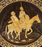 Toledo - detalle de la placa damascening típica con Don Quixote y Sancho Panza. Foto de archivo libre de regalías