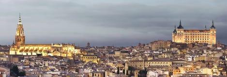 Toledo horisont på solnedgången med domkyrkan och alcazar spain Arkivfoto