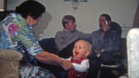 TOLEDO, OHIO 1968 : Bébé de lancement de grand-maman dans l'air avec ses jambes fortes clips vidéos