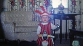 TOLEDO, OHIO 1968 : Costume de coiffe de natif américain de voleurs d'enfant de Halloween clips vidéos