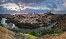 Toledo panorama på skymning, Castile-La Mancha, Spanien Arkivfoto