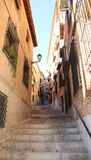 Toledo smal gata med en stege Lopp Spanien royaltyfria bilder