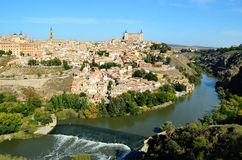 Toledo stad som omges av den Tajo floden royaltyfri bild