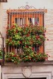 Toledo & x28; Spain& x29;: finestra con i fiori Fotografia Stock
