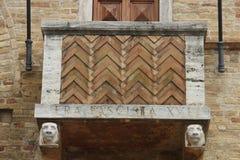 Tolentino, Itália: um balcão de uma construção Imagens de Stock