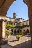 Tolentino - kyrka av San Nicola, cloister Fotografering för Bildbyråer