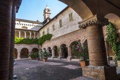 Tolentino - kyrka av San Nicola, cloister Royaltyfria Foton