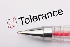 Tolerans - checkbox med ett kors på vitbok med pennan Kontrollistabegrepp arkivbilder