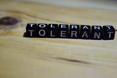 Tolerante escrito em blocos de madeira Conceitos da inspiração e da motivação foto de stock royalty free