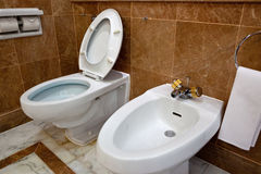 Toletta e bidet nella stanza da bagno dell'hotel fotografia stock