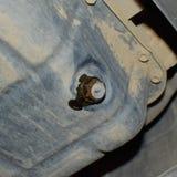Tolga il vecchio olio dal motore tramite il tappo di scarico immagine stock
