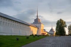 Tolgiskij-Klosterwand belichtet durch Sonnenuntergangsonnenschein lizenzfreie stockfotografie