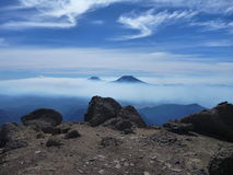 tolhuaca和lonquimay火山看法从辣椒的内华达山脉锐化 库存照片