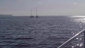 TOLIATTI, RUSSIE Vers en juillet 2017 Le yacht blanc avec des personnes là-dessus navigue dans l'eau de la rivière banque de vidéos