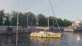 TOLIATTI, RUSSIE Vers en juillet 2017 Le yacht jaune avec des personnes là-dessus est sur le tour pour le verrouillage clips vidéos