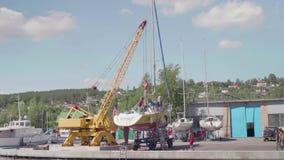 TOLIATTI, RUSSIE Vers en juillet 2017 Les marins préparent le yacht pour le lancement banque de vidéos