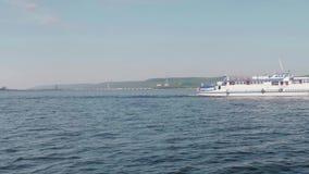 TOLIATTI, RUSSIE Vers en juillet 2017 Vue de côté de la grande navigation blanche de yacht dans l'eau banque de vidéos