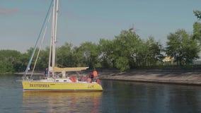 TOLIATTI, RUSSIE Vers en juillet 2017 Vue de yacht de yeallow avec des personnes là-dessus sur l'eau banque de vidéos